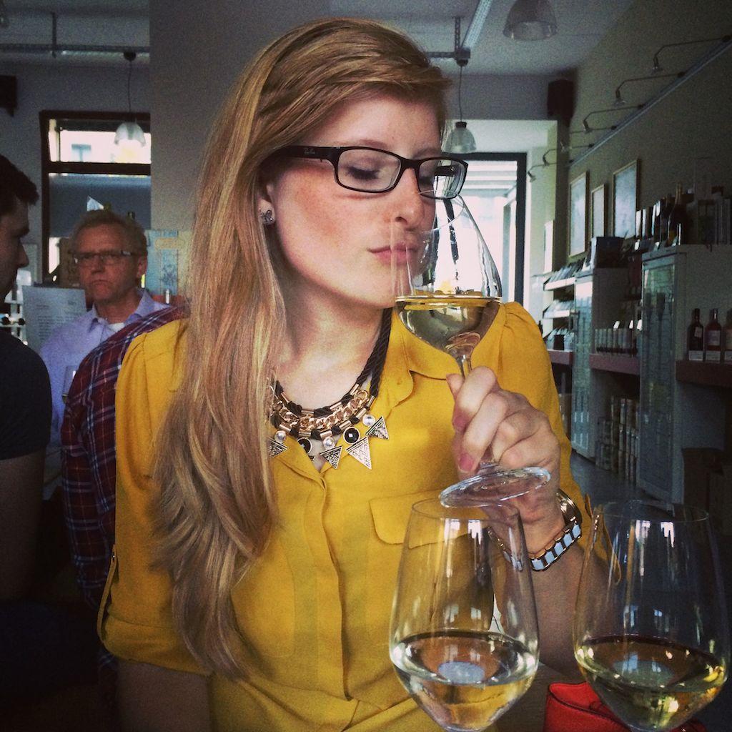 Weinprobe Part 2 - ich sehe doch schon fast aus wie ein Wein-Kenner. Findet ihr nicht? :D