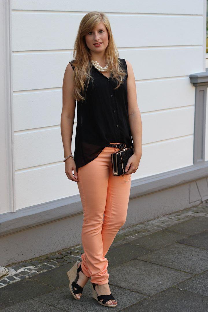 Kreuzfahrt Outfit mit Wedges und diesel Hose mit schwarzer Bluse Perlenkette