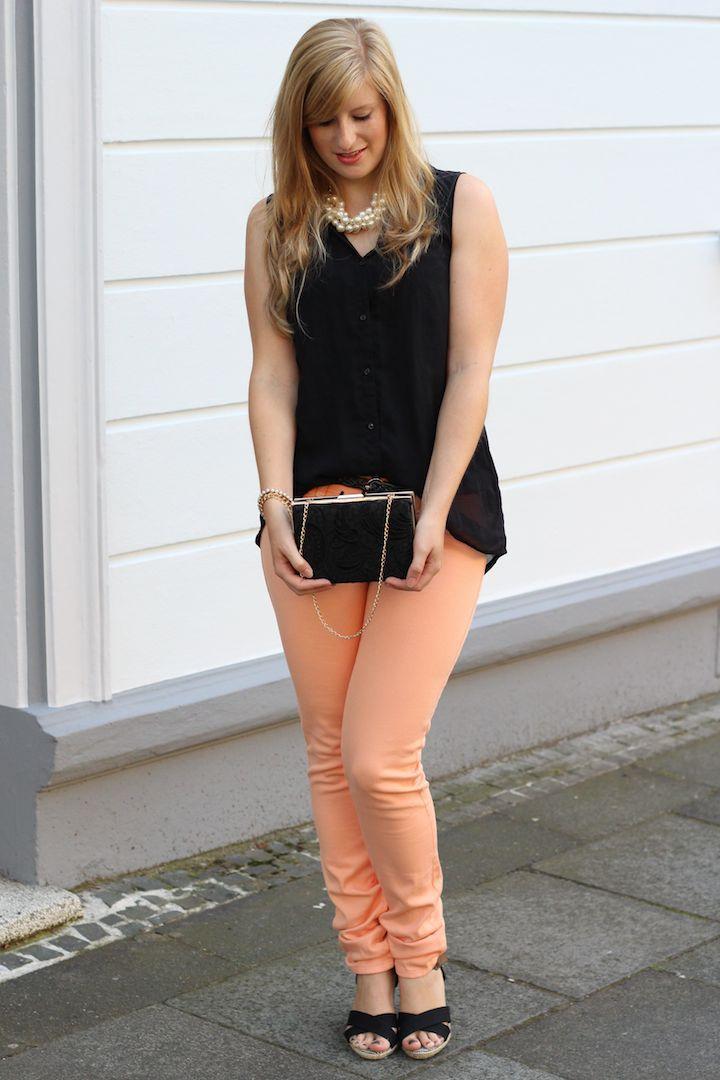 Pastellfarbene Hose und Perlenkette, Wedges kombinieren schwarz rosa OOTD Sommer