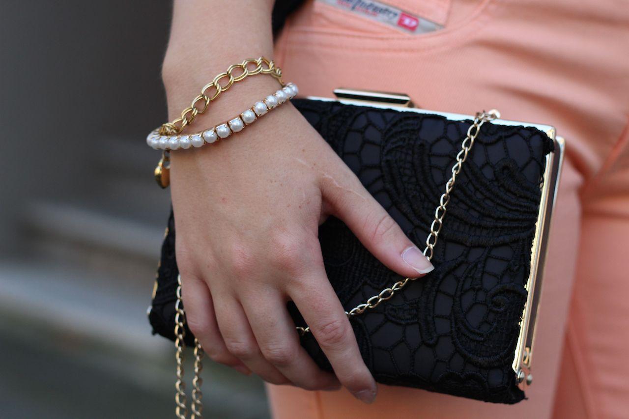 Pastell Hose und schwarze Clutch mit Spitze goldener Schmuck Diesel Hose