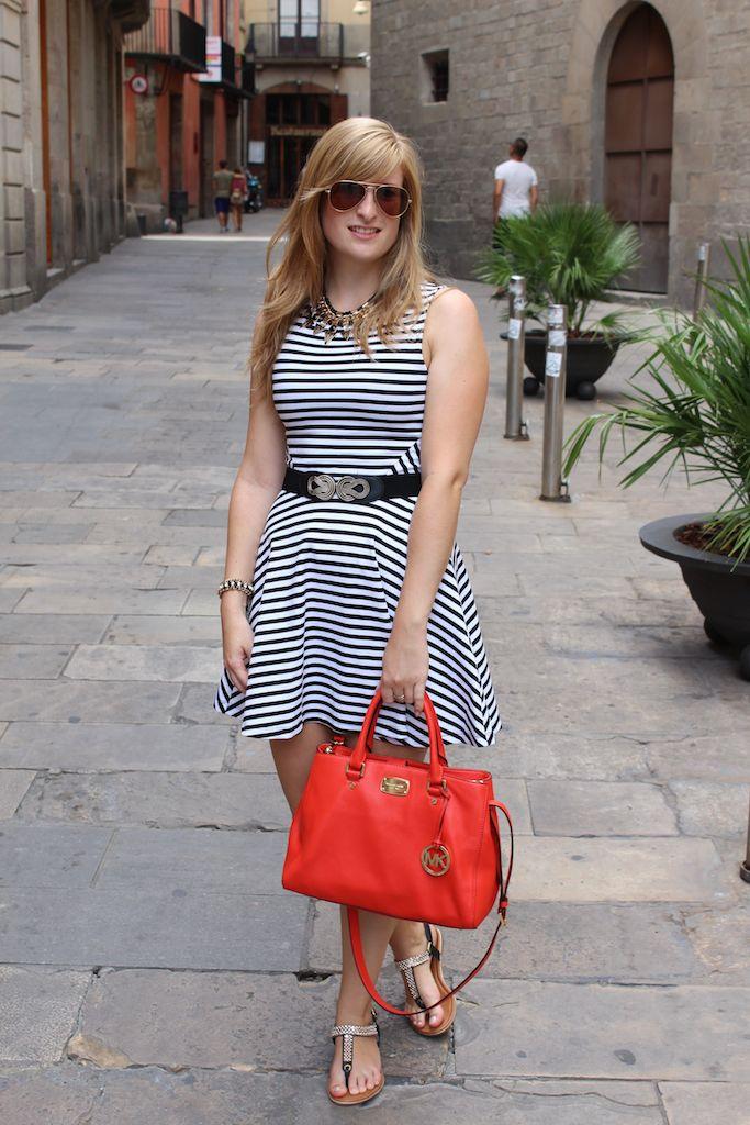 Urlaubsoutfit auf Kreuzfahrt in Barcelona. Schwarz Weiß gestreiftes Kleid orange Michael Kors Tasche