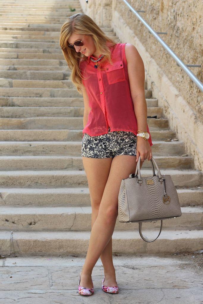 Fashion Look Marseille Kreuzfahrt Mittelmeer mit Hotpants und Bluse