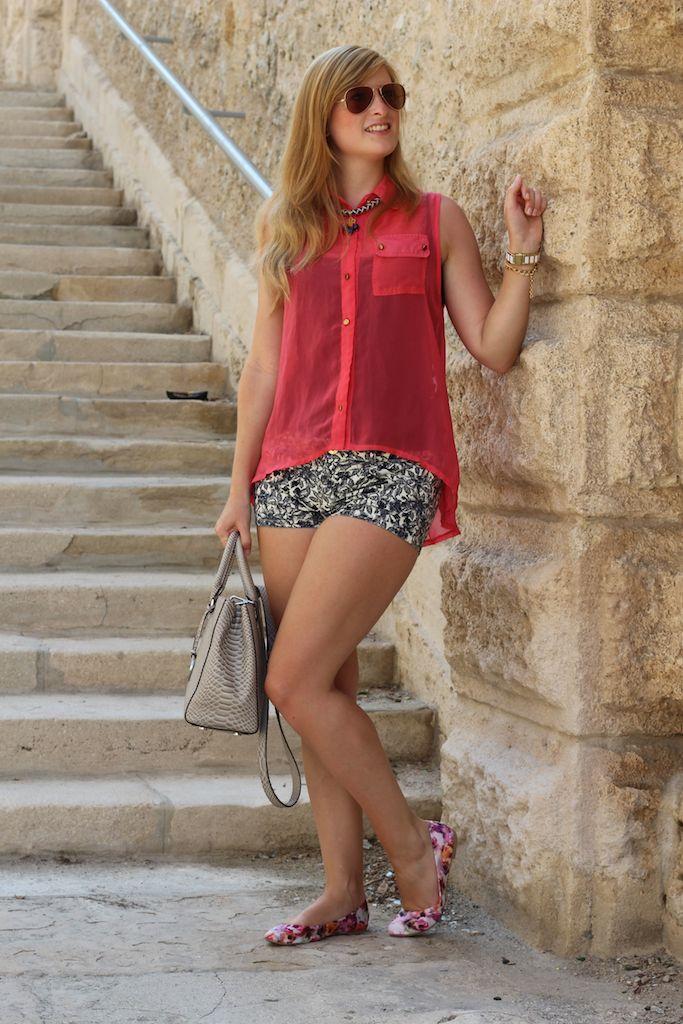 Pinke Bluse Reiseoutfit Urlaubszeit Hotpants Muster Marseille Modeblog OOTD Reise