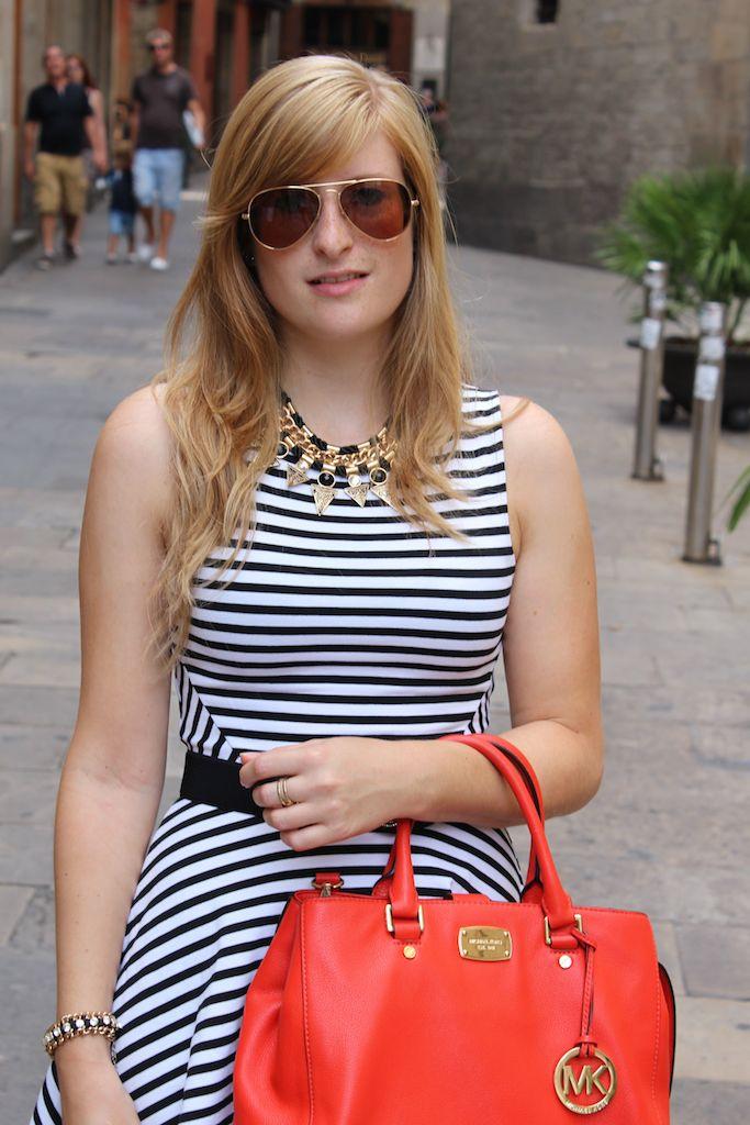 Luftiges Sommerkleid und auffällige Accessoires für Sightseeing