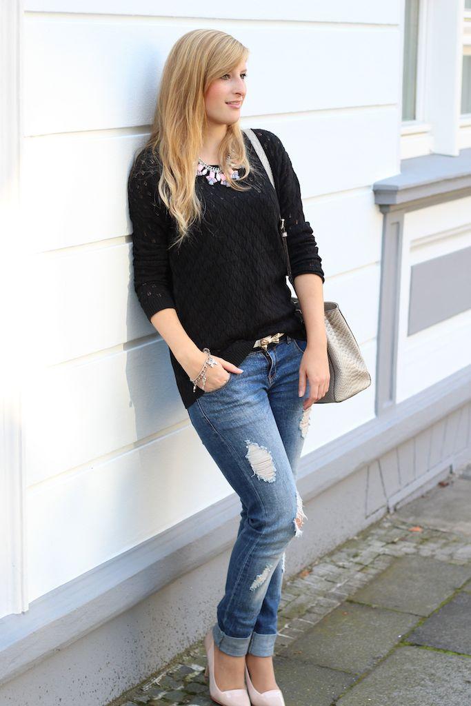Ripped Boyfriend jeans mit Pastell Pumps und schwarzen Pullover mit grauer Michael Kors Tasche Schlangenleder