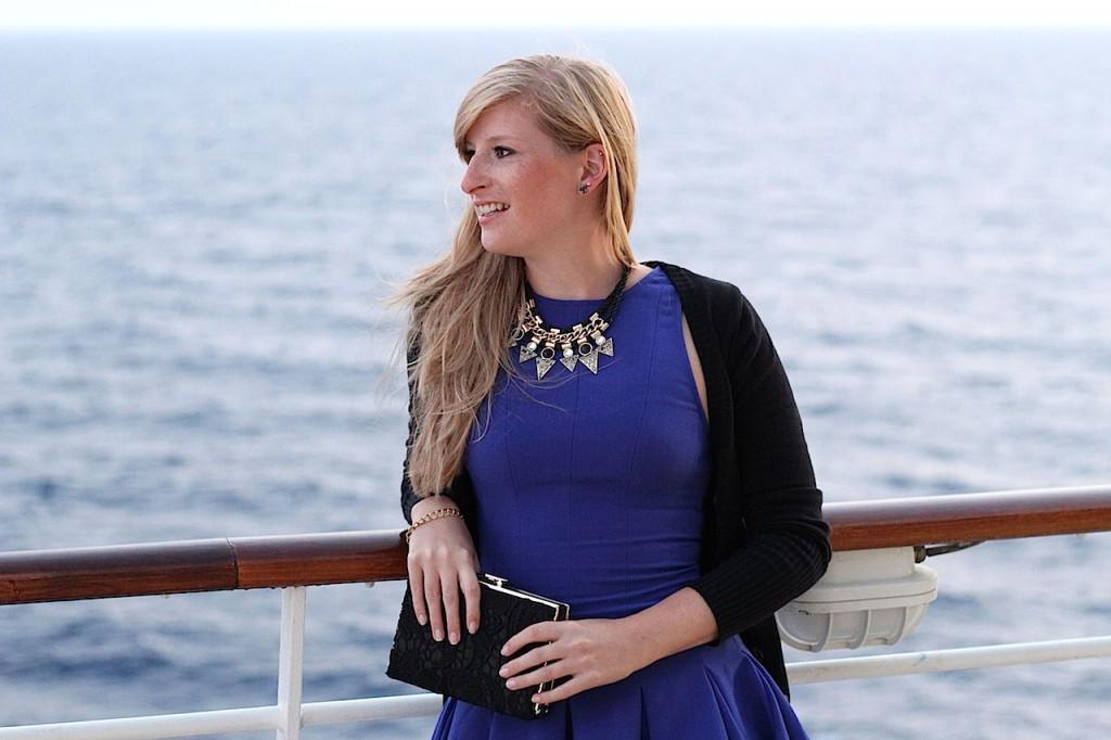 Mit blauem Abendkleid zum Kreuzfahrt Dinner