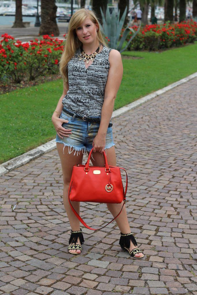 Goldene Hotpants Reiseoutfit Michael Kors Tasche Orange Fransen-Sandalen OOTD Blog Pisa