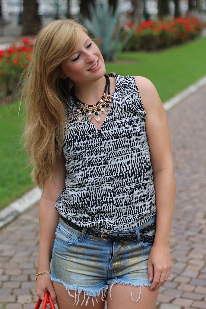 schwarz weiße Bluse Goldene Hotpants Reiseoutfit OOTD Blog Pisa