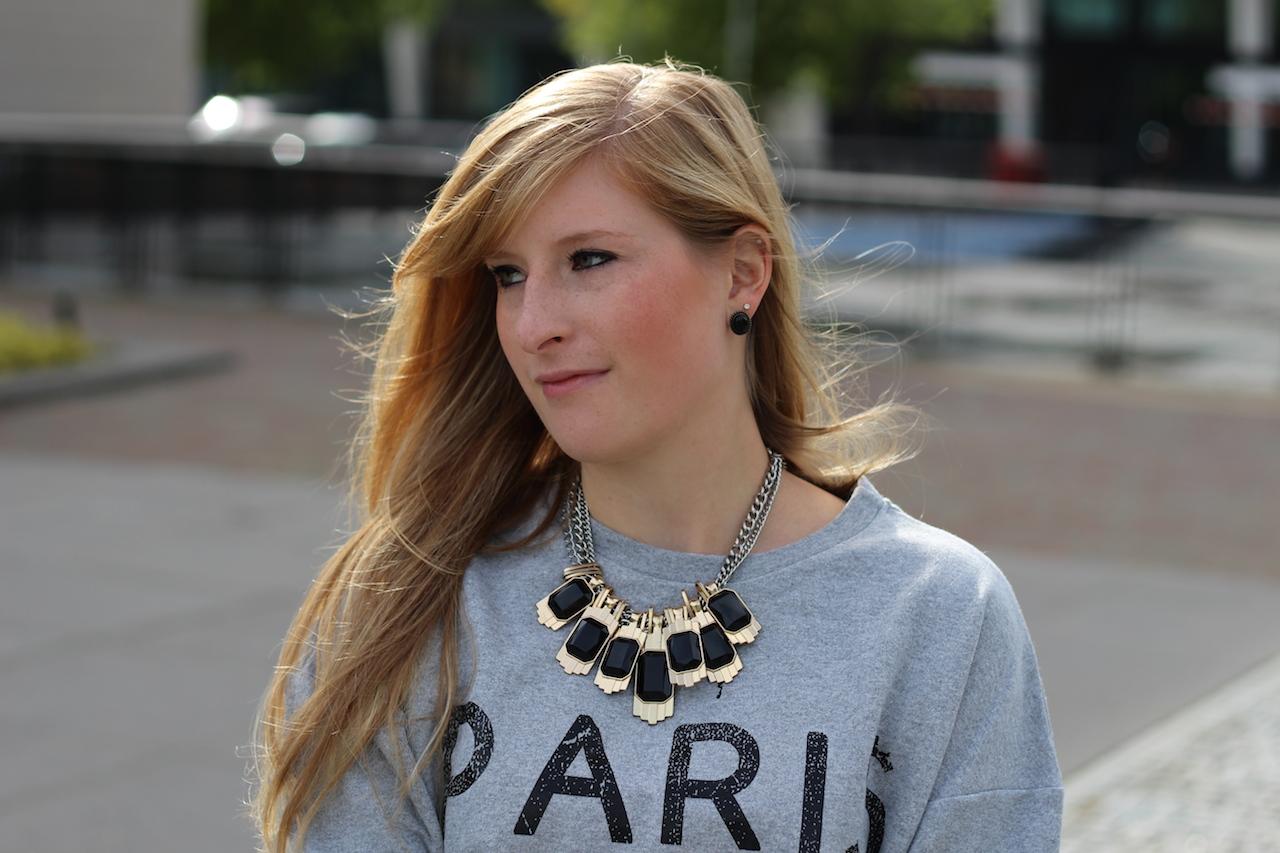 Grey printed Sweater Grauer Pullover Statement Kette schwarz gold Schmuck Den Haag