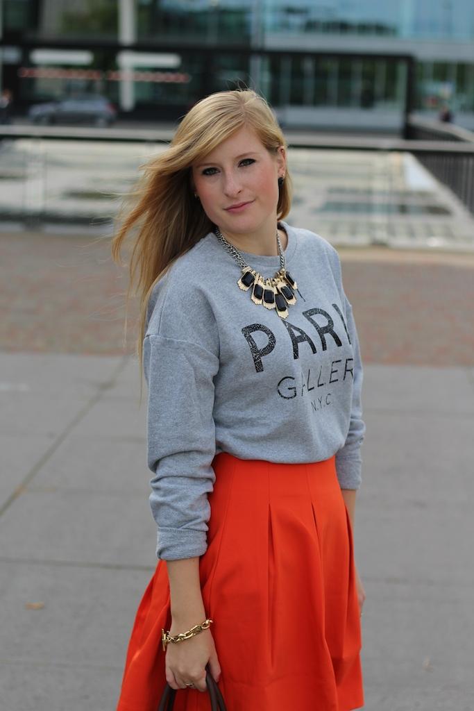 Sweatshirt A-Linien Rock mit Sweater kombinieren braune Prada Tasche Modeblog Den Haag Reise
