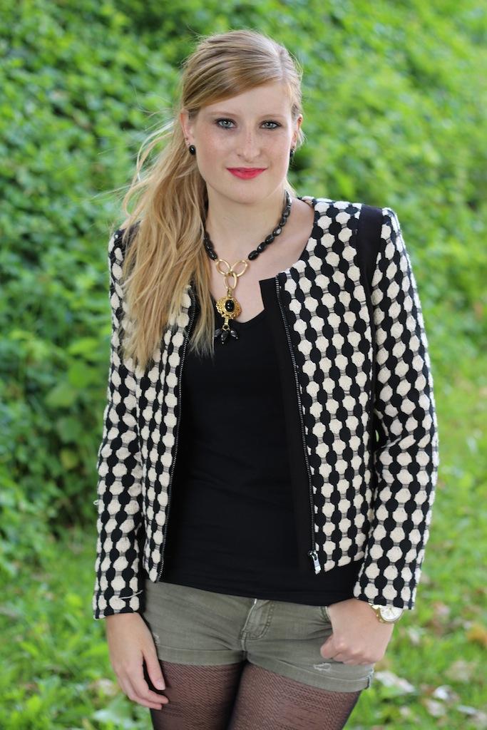 schwarz weißer Blazer Kreismuster schwarz goldener Schmuck Herbstmode Modeblog