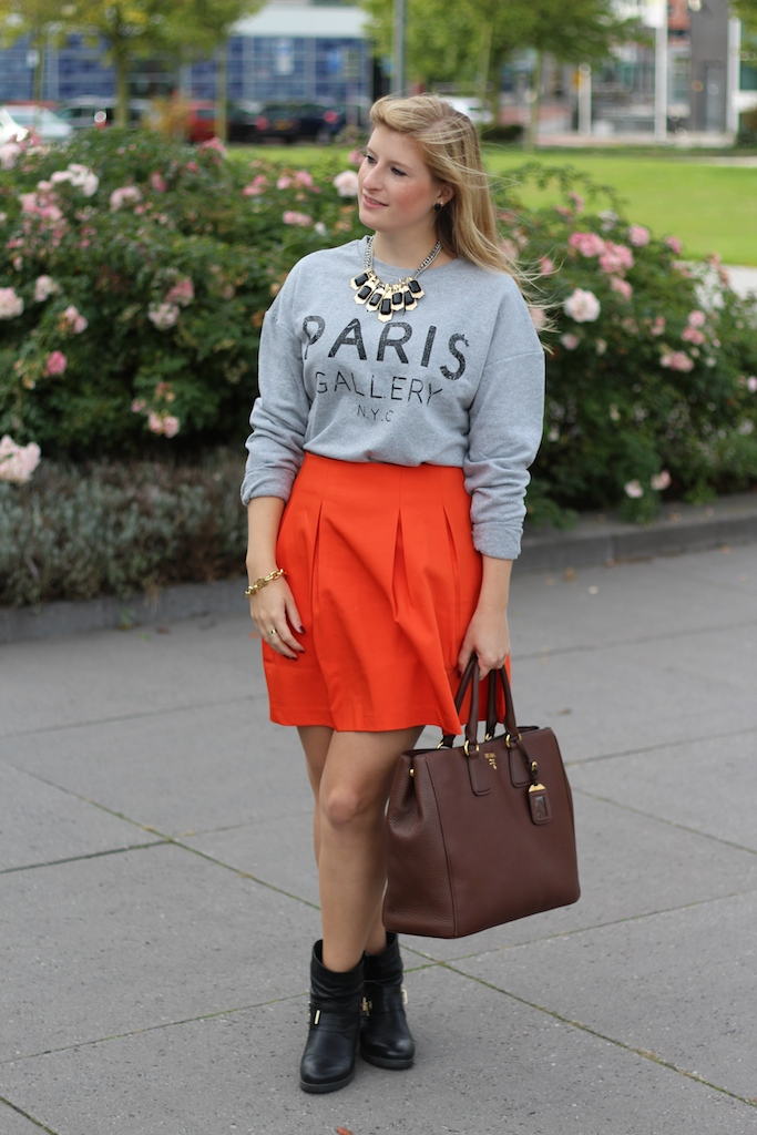 A-Linien Rock mit Sweater Paris Gallery kombinieren braune Prada Tasche Modeblog Den Haag Reise
