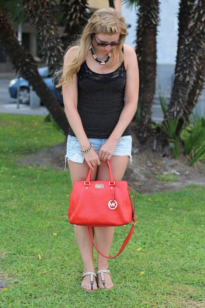 Jeans Hotpants Hollister orangene Michael Kors Tasche Urlaubsoutfit Modetrend Sommertrend Blog
