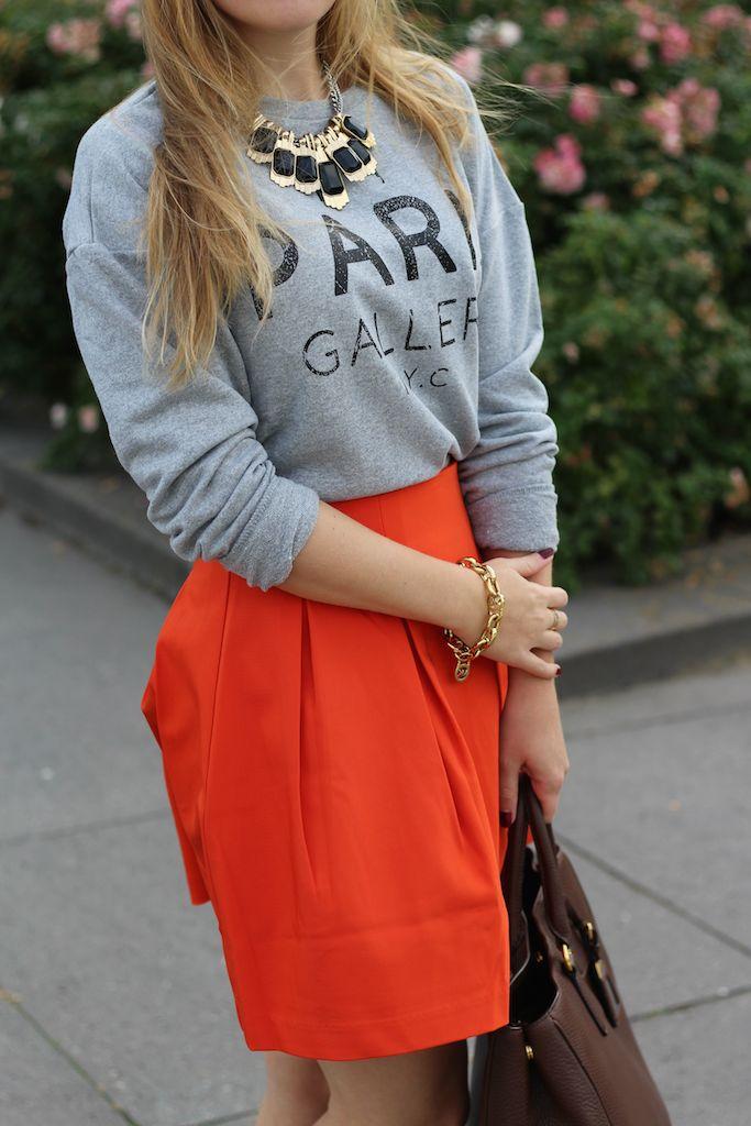 Details Grauer Pullover mit Schrift und oranger A-Linien Rock goldener Schmuck Modeblog