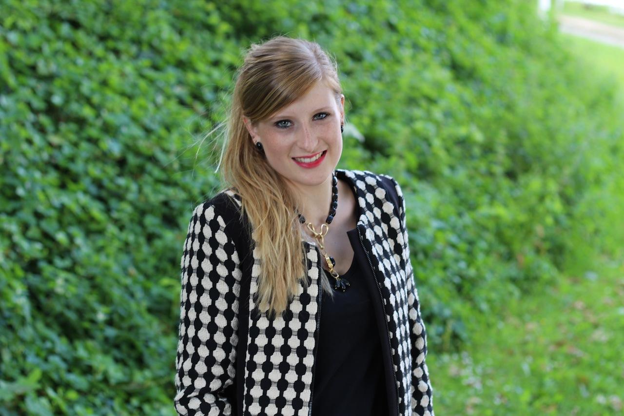 schwarz weiß Blazer mit Muster schwarz goldener Schmuck Herbstoutfit Fashion Blog