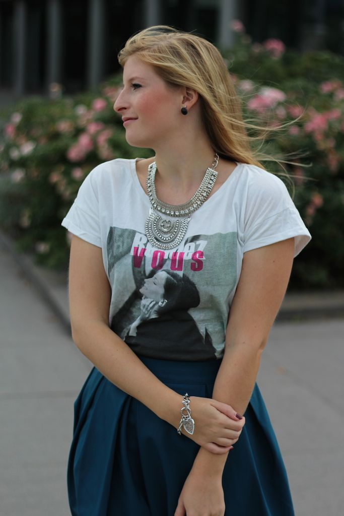 Silberner Schmuck Grüner Midi Rock Herbsttrend in Den Haag kombinieren T-Shirt