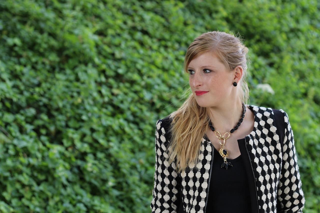 schwarz weiß Blazer Details kombinieren mit Muster Herbstmode Outfit OOTD Blog