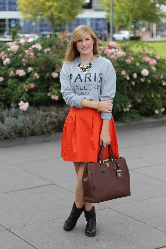 A-Linien Rock mit Sweater kombinieren braune Prada Tasche Modeblog Den Haag Reise