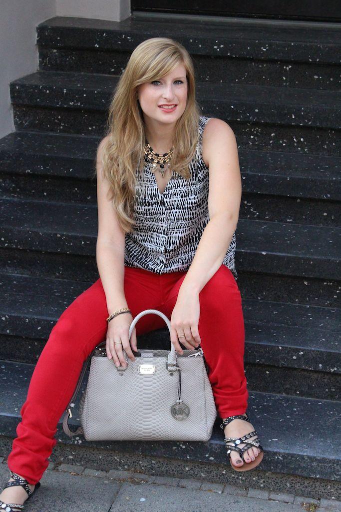 Fashion Blog Köln Rote Sommerhose und graue Michael Kors Tasche