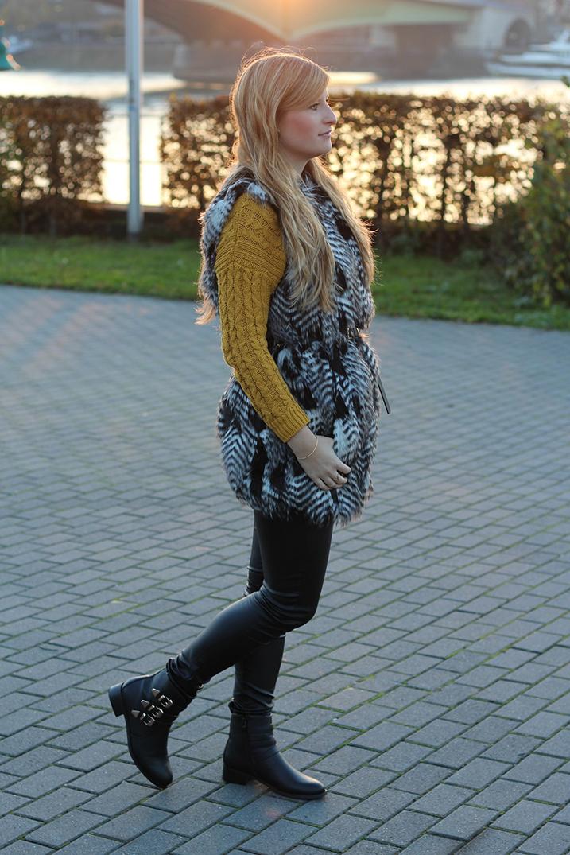 3_ Fellweste grau mit Lederhose kombinieren Winteroutfit Modebloggerin
