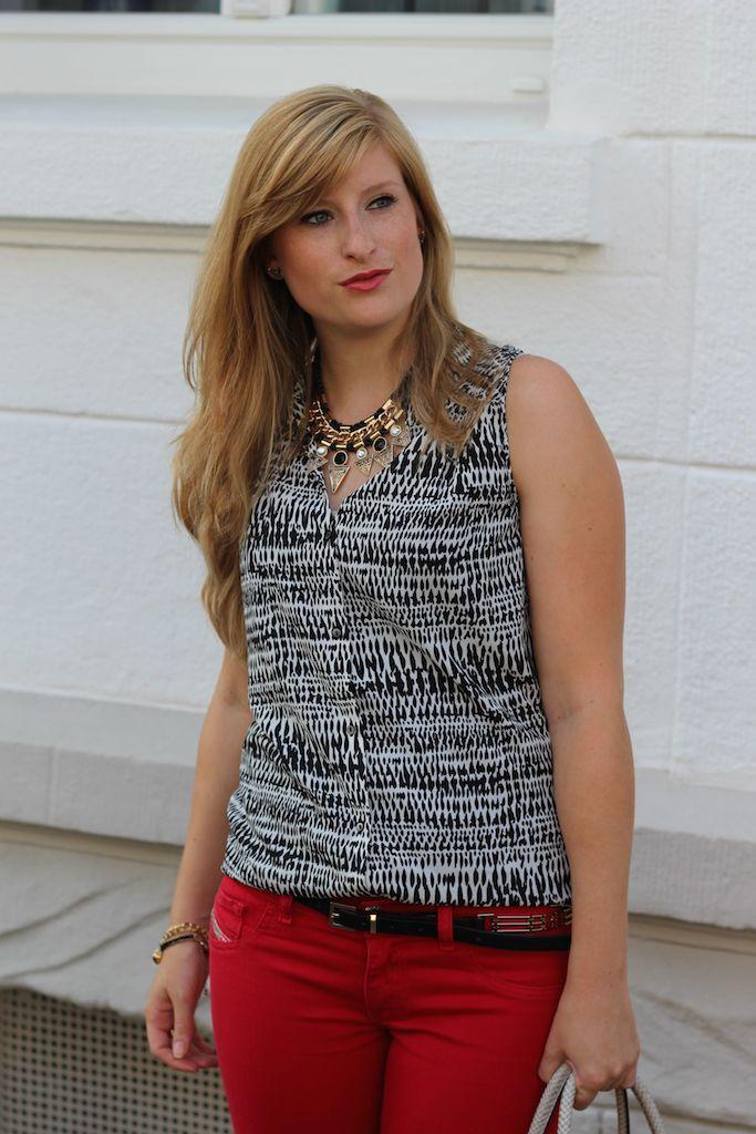 Fashion Blog Köln Rote Sommerhose und gemusterte Bluse