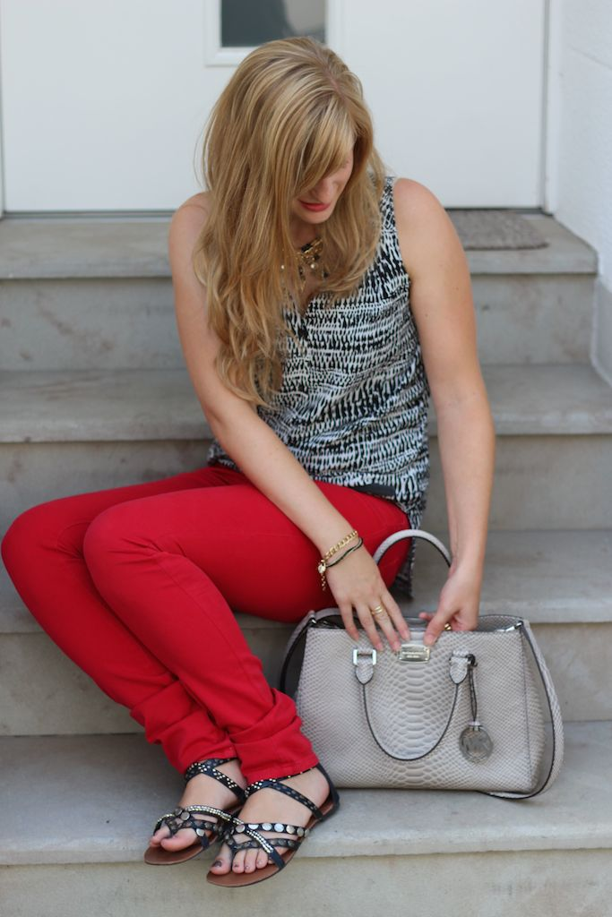 Rote Diesel Hose und graue Michael Kors Handtasche