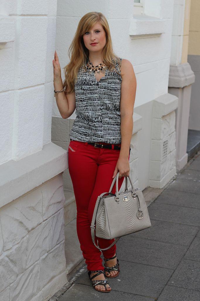 Fashion Blog Köln Rote Sommerhose Diesel und gemusterte Bluse