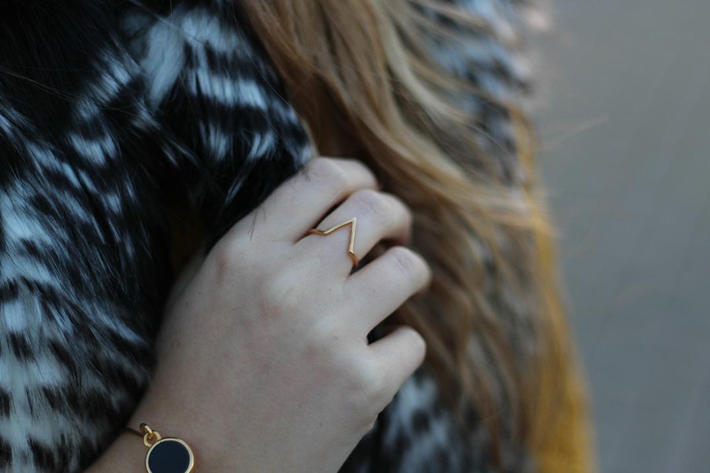 9 goldener Schmuck von Twininas Modebloggerin Detail