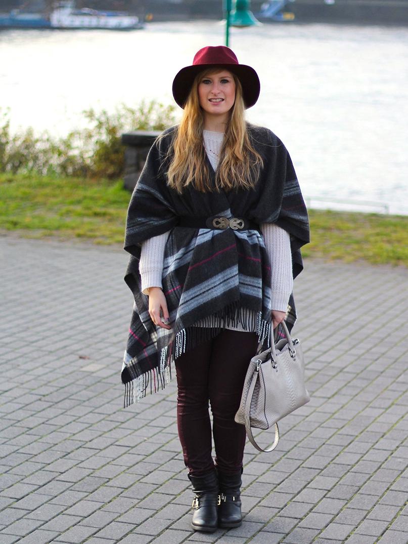 1 Poncho über Wollpullover Wintermode Outfit grauem Poncho weinroten Hut Michael Kors Handtasche
