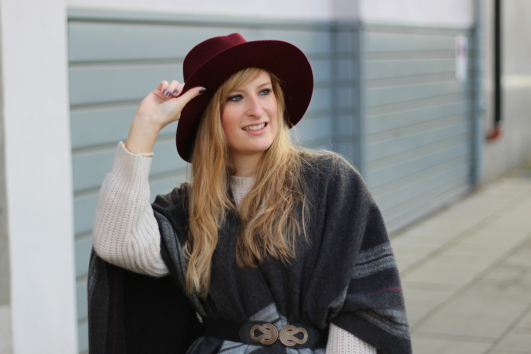 2 Outfit Poncho Cape Wintermode Outfit grauem Poncho weinroten Hut Michael Kors Handtasche