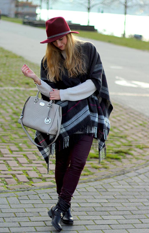 4 Poncho Wollpullover Modeblogger Wintermode Outfit grauem Poncho weinroten Hut Michael Kors Handtasche
