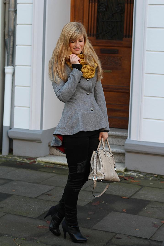 6 Hose Lederelemente Herbstoutfit Modebloggerin Wintermode Outfit - graue Jacke mit Michael Kors Tasche