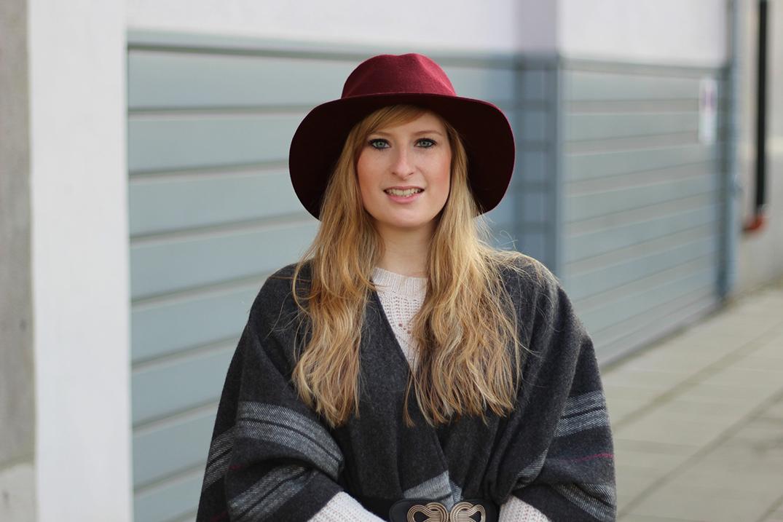 6 Weinroter Hut Winteroutfit Poncho Wintermode Outfit grauem Poncho weinroten Hut Michael Kors Handtasche