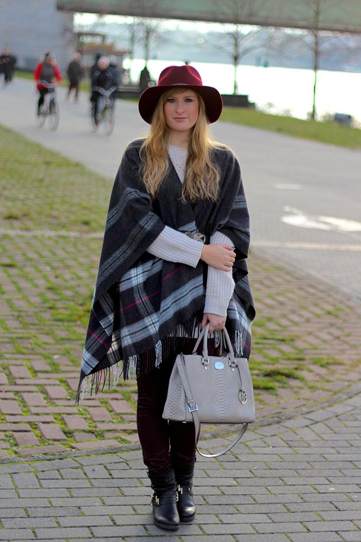 7 Poncho Michael Kors Tasche Winterlook Wintermode Outfit grauem Poncho weinroten Hut