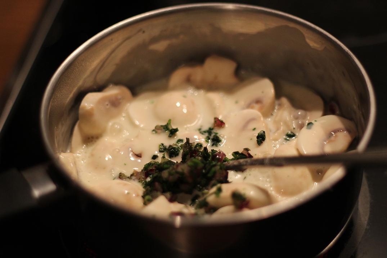 Die Soße wird mit italienischen Kräutern verfeinert.