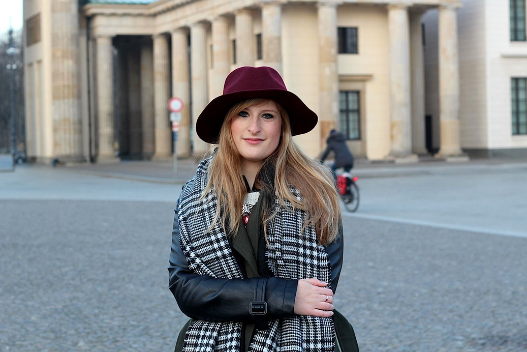Outfit Fashion Week Brandenburger Tor Mantel Hut