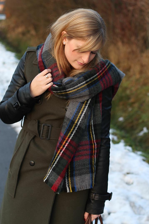 2 Karrierter Schal Fashion Blog Wintermantel braune Prada Tasche Winterlook