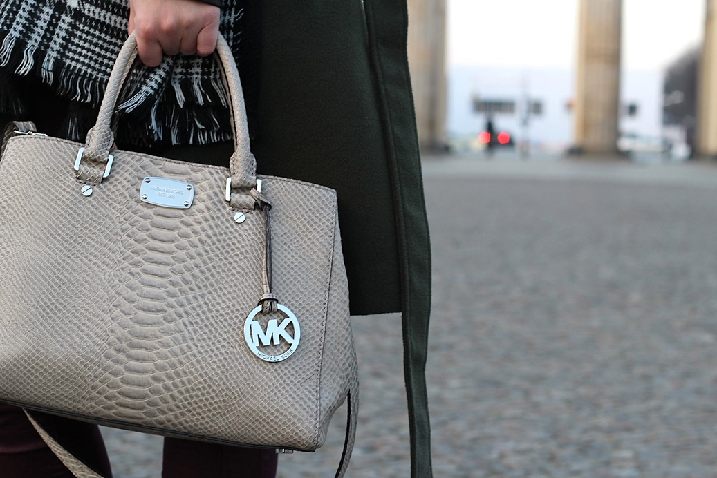 2 Outfit Fashion Week Brandenburger Tor Mantel Michael Kors Detail