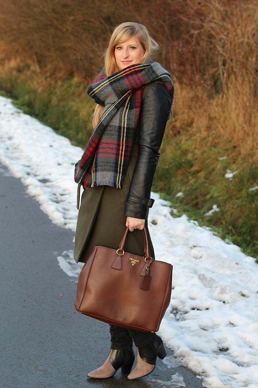 3 Mantel Lederelemente Wintermantel braune Prada Tasche Winterlook Karoschal