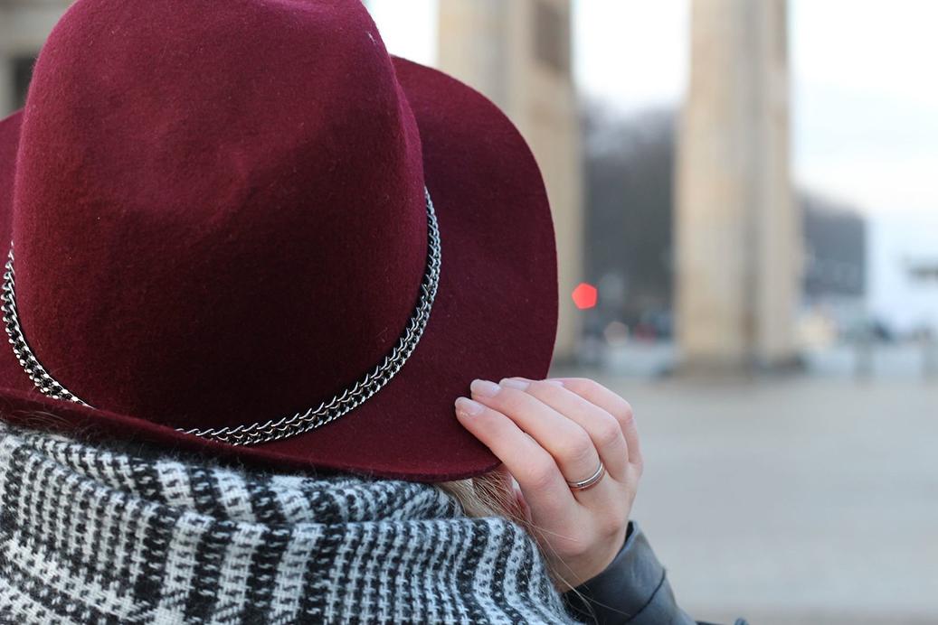 4 Outfit Fashion Week 2015 Brandenbruger Tor Schal Hut