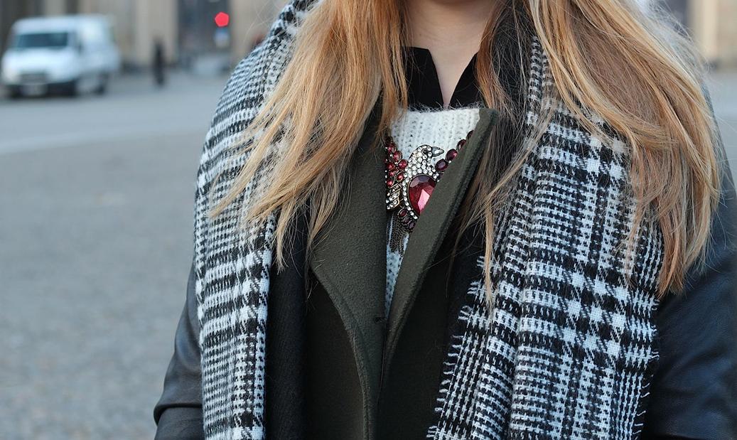 6 Outfit Fashion Week 2015 karrierter Schal Details Kette