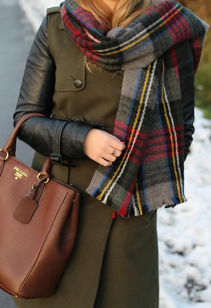 Ein normaler Sonntag mit Wintermantel und karierten Schal
