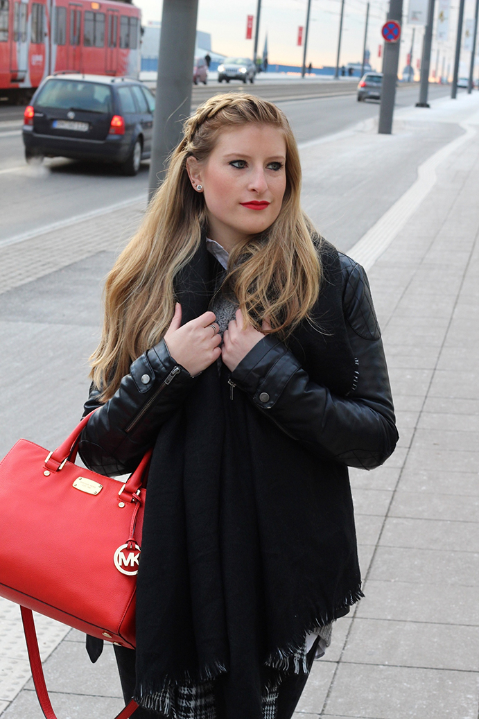 2 Streetstyle Layering Look Lederjacke pullover bluse Modeblog bluse schwarz rot