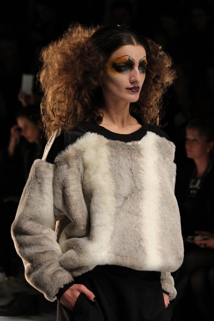 7 Rebekka Ruétz Berlin Fahsion Week 2015 Pullover Fake Fur