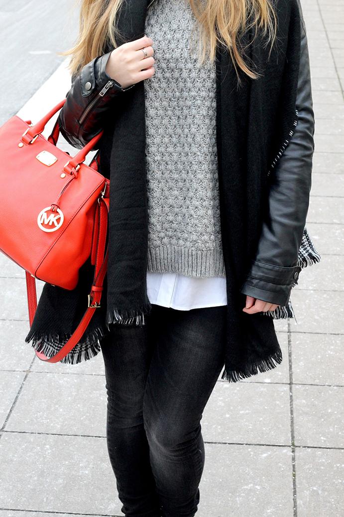8 Streetstyle Layered pullover bluse Michael Kors Streetstyle Layering Look Lederjacke Modeblog