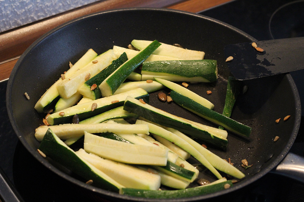 Zuccini mit Pinienkernen, Salatkernen anbraten
