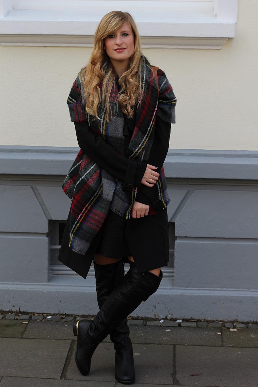 2 Overknee Stiefel Layering Schal Modeblog kombinieren Lederrucksack