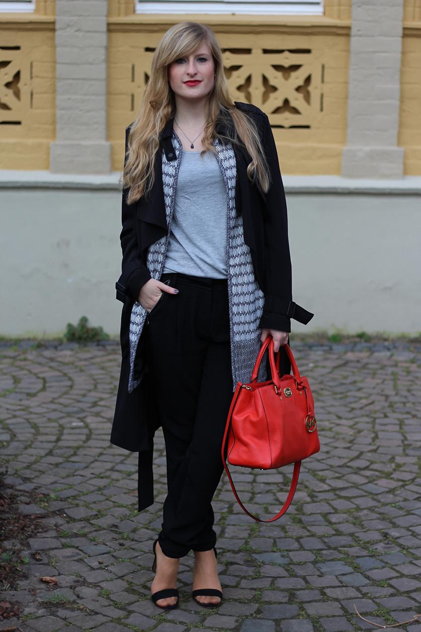9 Badge Hose Layering Fashion Outfit Stoffhose schwarz Orange Michael Kors Tasche