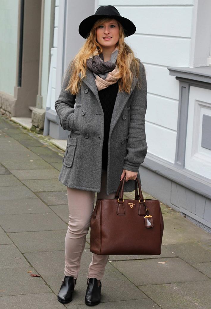 1 schwarzer Hut Frühling streetstyle Köln Mantel Mein Ostern Outfit: Grauer Mantel mit meiner braunen Prada Tasche und Boots