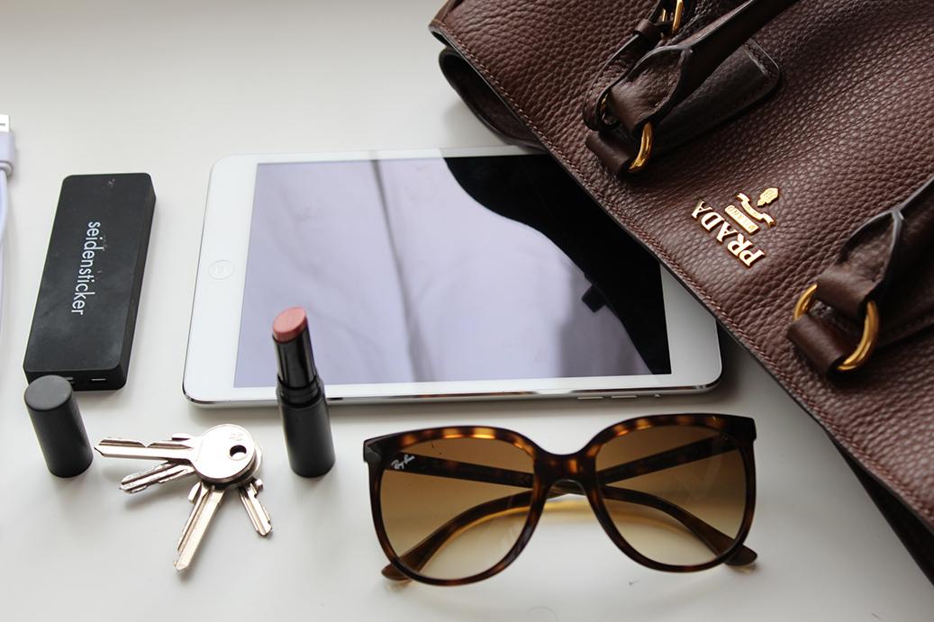 3 What's in my bag? Handtasche Inhalt Prada Blog iPad